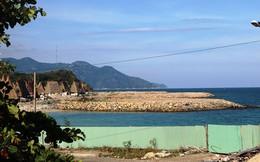 """""""Nàng tiên cá"""" lấn vịnh Nha Trang"""