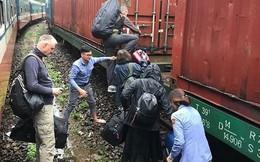 Đường sắt Bắc - Nam tê liệt do đèo Hải Vân bị sạt lở