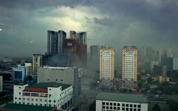 Bầu trời xám xịt kèm gió mạnh, Hà Nội đón mưa giông lớn sau chuỗi ngày nắng kinh hoàng