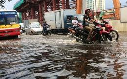 Mưa trút xuống Hà Nội vào giữa trưa, một số tuyến đường ngập sâu