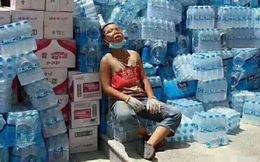 Bức ảnh tình nguyện viên tí hon ngồi mệt lả sau đợt cứu trợ cho vùng lũ lụt khiến nhiều người xúc động
