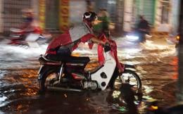Mưa như thác đổ, đường Sài Gòn thành sông, xe cộ chết máy la liệt