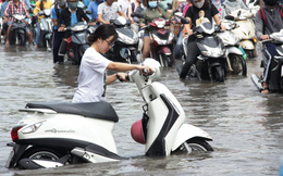 Vạn người khốn khổ trong kẹt xe, ngập nước ở TP HCM