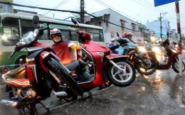 Mưa trái mùa lại gây ngập, xe chết máy hàng loạt ở Sài Gòn