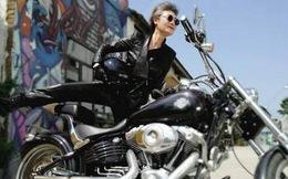 """Cụ bà 73 tuổi """"chất"""" như fashionista, lái mô tô, cưỡi ngựa trên Tây Tạng, nhiều người trẻ tuổi còn thua xa"""