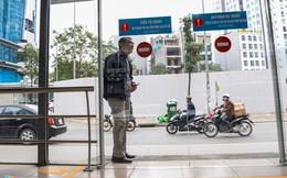 Hành khách lúng túng tìm lối ra vào nhà chờ buýt nhanh BRT
