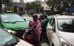 Người Sài Gòn khốn đốn trong cơn mưa đầu tuần