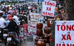 Hàng chục gian hàng gần sân bay Tân Sơn Nhất ồ ạt thanh lý chó, gà, cây cảnh, giao thông Sài Gòn hỗn loạn