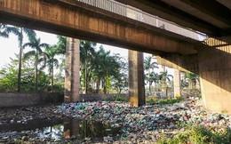 Bãi rác ngập dưới chân cầu Thăng Long