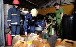 Thu giữ kho hàng xăng dầu lậu nằm ngay trong khu dân cư