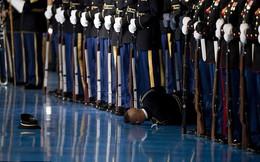 Binh sĩ Mỹ ngã gục trong lễ chia tay của Obama