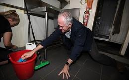 Thủ tướng Australia cọ bếp cho người dân vùng lụt