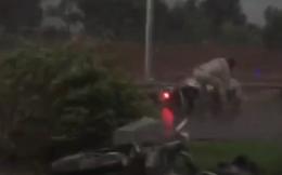 [Video] Mưa gió khủng khiếp ở Hà Nội chiều nay, người đi xe máy gồng mình vẫn bị quật ngã