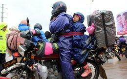 Lao động nhập cư Trung Quốc đội mưa rét chạy xe máy về quê ăn tết trong cuộc di dân lớn nhất lịch sử loài người