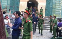 Phiên tòa sáng 25/1: Luật sư xin giảm án cho bị cáo Nguyễn Việt Hà vì không cố ý làm sai, chỉ vì thấy lợi mà làm