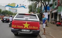 Người dân Tây Đô kéo ra bờ kè sông Hậu cổ vũ U23 Việt Nam