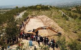 Thảm cảnh máy xúc đào mồ chôn tập thể cho các nạn nhân động đất, sóng thần Indonesia