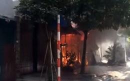 Hà Nội: Lửa ngùn ngụt bao trùm căn nhà, một phụ nữ được đưa đi cấp cứu