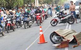 Hàng trăm người đứng xem vụ container cán xe máy khiến 1 người tử vong