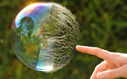 Bloomberg: Bong bóng đang xì hơi, hãy sẵn sàng cho một cuộc khủng hoảng