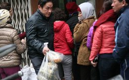 Hà Nội: Hàng trăm người rồng rắn xếp hàng mua bánh chưng, giò chả ăn Tết