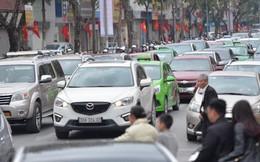 Mùng 1 đẹp trời, người Hà Nội đổ ra đường du xuân, nhiều phố tắc nghẽn