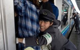 Những Oshiya hành nghề cực lạ ở Nhật Bản: Ngày làm việc 90 phút, công việc chỉ là 'nhồi' càng nhiều khách lên tàu điện càng tốt