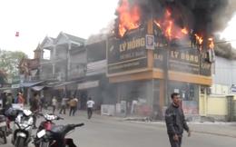 Clip: Cháy ngùn ngụt ở cửa hàng điện máy, người dân lao vào giải cứu tài sản ra ngoài