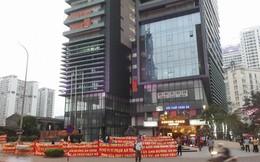 Chung cư cao cấp Hei Tower có vấn đề về PCCC, cư dân tràn ra đường căng băng rôn phản đối chủ đầu tư