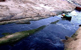 Nước thải đen ngòm chảy xuống bãi biển Nam Ô