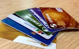 Thẻ ngân hàng đang phải cõng hàng chục loại phí