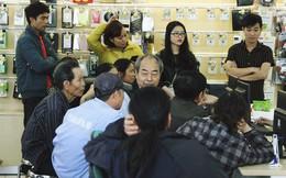 Sợ thuê bao bị chặn 1 chiều, người dân ùn ùn kéo tới các cửa hàng Viettel để bổ sung thông tin cá nhân