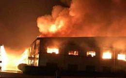 Công ty gỗ 2.000m2 bốc cháy dữ dội, hàng trăm cảnh sát trắng đêm cứu hỏa