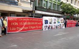 TP. HCM: Dân treo băng rôn tố đường dây 'lừa đảo bằng tiền ảo hơn 15 nghìn tỷ đồng'
