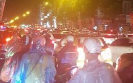 Chùm ảnh: Hàng nghìn phương tiện kẹt cứng trong đêm ở Hà Nội do mưa lớn