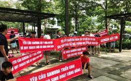 Cư dân căng băng rôn phản đối Gamuda Gardens lật kèo