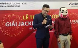 Chủ nhân tấm vé Vietlott hơn 300 tỉ đồng đã đeo mặt nạ đến nhận thưởng