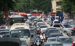 Giữa trưa hè, trung tâm Hà Nội nghẹt thở vì tắc đường