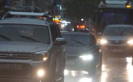 Mưa lớn, người Sài Gòn bật đèn xe chạy giữa ban ngày