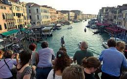 """Tôi vừa đến Venice và suýt """"chết ngạt"""", thành phố này đang bị nhấn chìm - không phải vì nước biển dâng mà bởi dòng lũ những du khách như tôi..."""