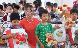 Thị trường chứng khoán chao đảo, CEO Vietjet vẫn bình tâm đi thăm trẻ em mồ côi dịp 1/6