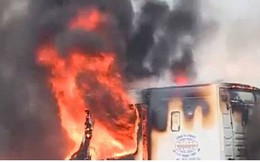 Xe container đang đỗ bất ngờ bốc cháy trơ khung