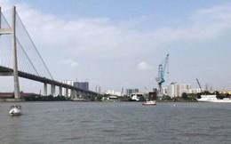 Sà lan bị đâm chìm trên sông Sài Gòn, 3 người thoát chết