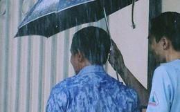 [Hình ảnh đẹp] Bức ảnh bố che ô cho con vào phòng thi mặc lưng áo ướt đẫm: Cả đời này, luôn có bố mẹ chờ đợi chúng ta!