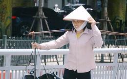 """Ảnh: Người lao động oằn mình mưu sinh dưới cái nắng """"cháy da cháy thịt"""" ở Hà Nội"""