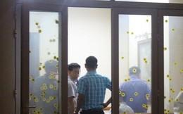 Ảnh: Công an đưa bị can Phạm Đình Trọng về nhà thực hiện lệnh khám xét