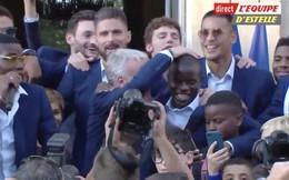 Người hùng của đội tuyển Pháp ngượng ngùng, xấu hổ khi được thầy và đồng đội hát ngợi ca
