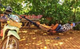 Hà Nội: Người dân trải bạt ngủ trưa dưới gầm cầu để tránh nắng
