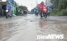 Ảnh: Sau mưa lớn, 'hố trâu, ổ voi' hoá ao nước trên đường Hải Phòng