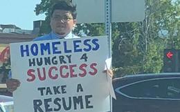 """Giơ biển xin """"cần câu chứ không xin cá"""", chàng coder vô gia cư được Google và hàng trăm công ty lớn mời tuyển dụng"""